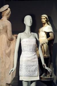 Collier Smile della collezione Tiffany T in oro bianco e diamanti e bracciale Tiffany Atlas in oro bianco e diamanti, abito Roberto Cavalli