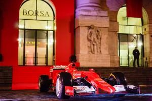 Monoposto Ferrari davanti alla Borsa di Milano
