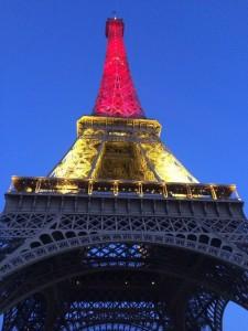 Tour Eiffel illuminata coi colori del Belgio