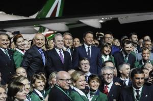 Matteo Renzi con lo staff Alitalia
