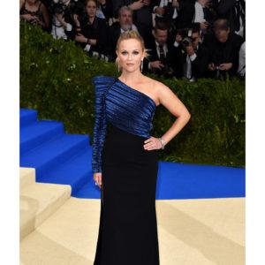 L'attrice Reese Witherspoon ha indossato preziosi gioielli Tiffany & Co. tra cui un bracciale Tiffany Archives con diamanti e zaffiri