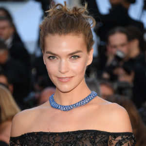 La modella americana Arizona Muse ha scelto una collana in oro bianco e titanio con uno zaffiro  (60.58 carati) e diamanti appartenente alla collezione Red Carpet 2017.