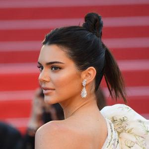 La modella americana Kendall Jenner brillava con un paio di orecchini in oro bianco 18ct con diamanti (30.17 carati) appartenenti alla collezione Red Carpet 2017 e un anello in oro bianco 18ct con diamante rotondo taglio brillante (10.06 carati) e diamanti appartenente alla collezione High Jewellery.