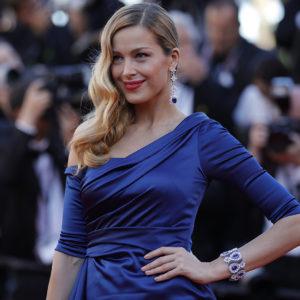 La modella ceca Petra Nemcova ha indossato un paio di orecchini e un bracciale in oro bianco 18ct con zaffiri e diamanti appartenenti alla collezione High Jewellery.