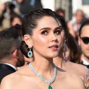 L'attrice Araya Hargate ha indossato un collana in platino con uno smeraldo taglio pera (52.76 carati) e diamanti appartenente alla collezione High Jewellery e un paio di orecchini in oro bianco con smeraldi (12.29 carati) e diamanti(14.42 carati) appartenenti alla collezione Red Carpet 2017
