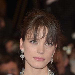 """L'attrice francese e star del film """"Le Redoutable"""" Stacy Martin ha indossato un paio di orecchini in oro bianco 18ct con diamanti e un anello in oro bianco con zaffiri e diamanti entrambi appartenenti alla collezione High Jewellery."""