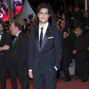 Louis Garrel ha indossato uno smoking blu notte Giorgio Armani per la première di Le Redoutable di Michael Hazanavicius.