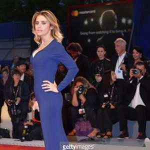 Greta Scaranoha indossato una abito blu in stretch cadydella collezione Autunno 2017 di Stella McCartneyin occasione della Premiere Three Billboards Outside Ebbing, Missouridurante la 74° Edizione del Festival di Venezia - Photo courtesy gettyimages