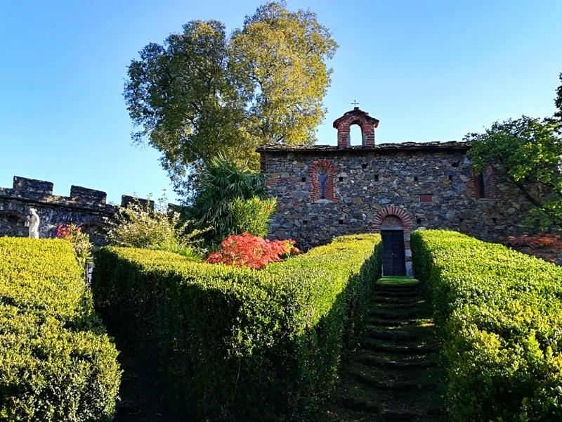 La chiesetta con i giardini