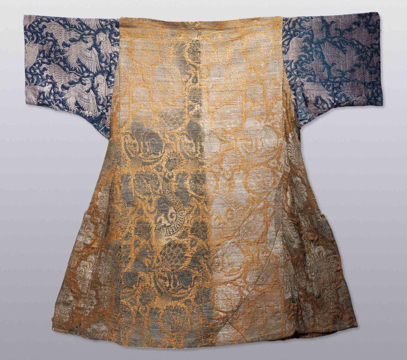 Dalmatica Manufatto tessile, Germania del Nord 1400 circa, tessuti italiani in seta e argento filato membranaceo (su budello) Stralsund, Stralsund Museum.