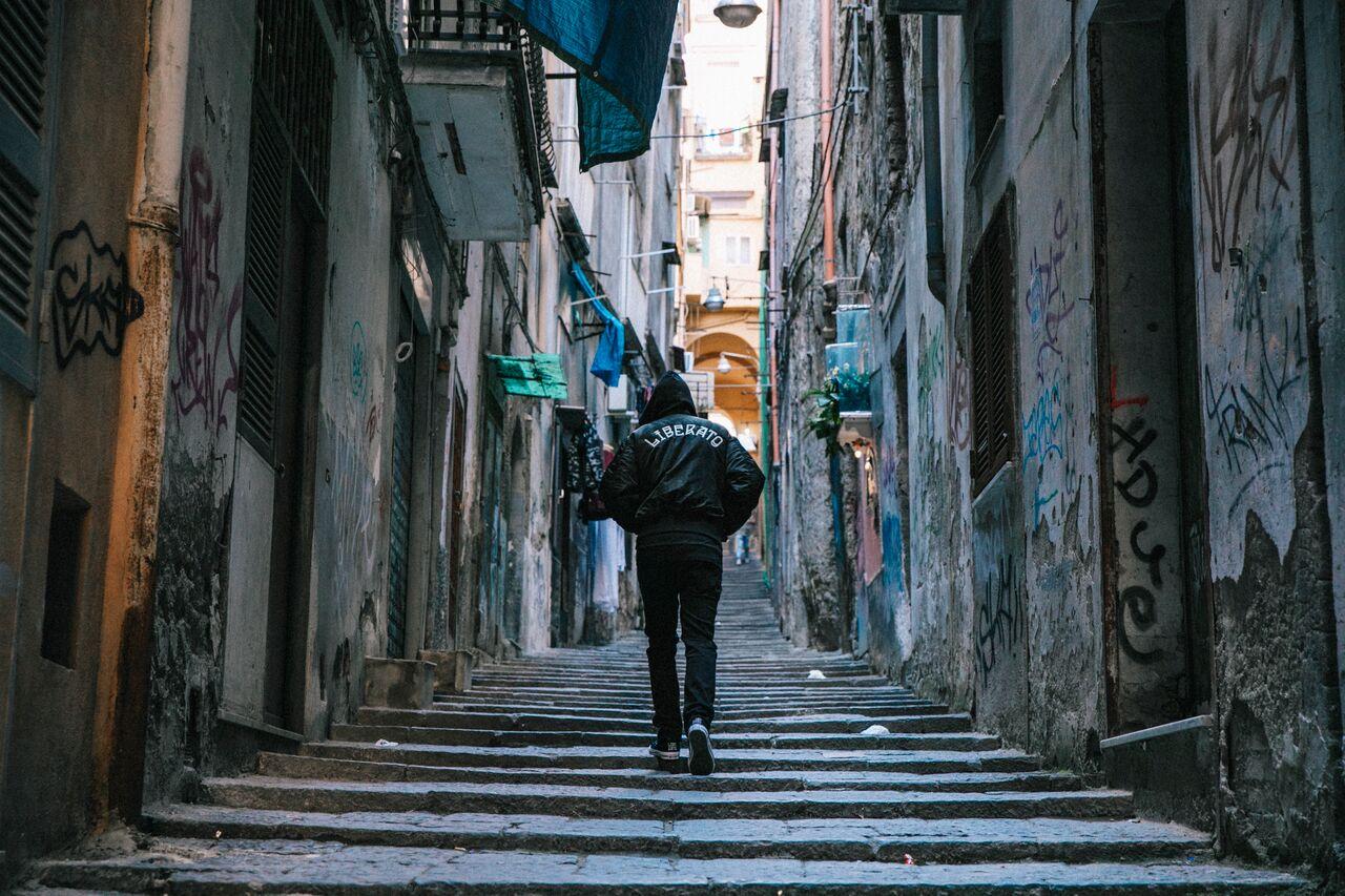 Liberato a Milano, Converse per il misterioso cantante che