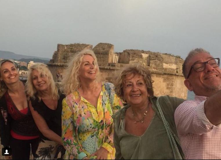 Spiagge vip, Antonella Clerici a Stintino  mare, sole e buon cibo ... 6cd0a4576c
