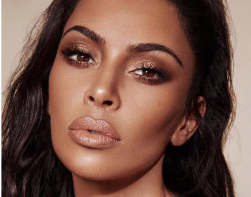 Passaporto falso con la foto di... Kim Kardashian, arrestata una 29enne colombiana .
