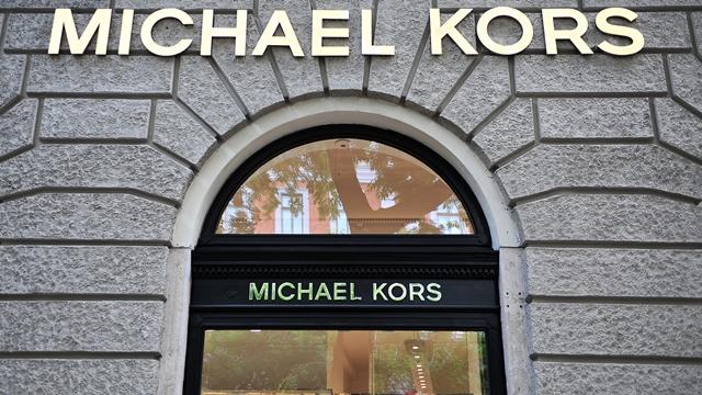 Versace in vendita: cessione del brand a Michael Kors per 2