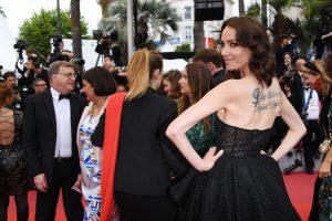 Cannes 2019: Sand Van Roy si tatua un chiaro messaggio rivolto a tutti gli stupratori