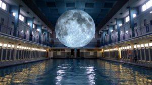 A Milano è possibile nuotare sotto la luna: dal 15 al 23 giugno Museum of the Moon