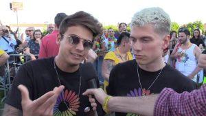 Benji e Fede su palco del Gay Pride di Modena: t-shirt arcobaleno e rivelazioni su Bella Thorne
