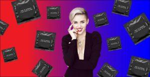 """Miley Cyrus lancia il suo nuovo EP """"She is Coming"""": il merchandising irriverente e provocatorio"""