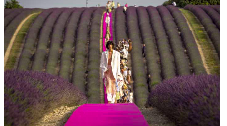 Jacquemus al decimo anniversario festeggia tra i campi di lavanda