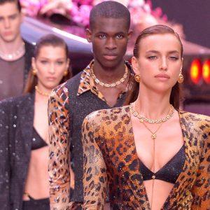 Irina Shayk sfila fiera per Versace: le voci sul presunto tradimento del marito non sembrano toccarla