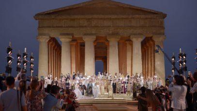 D&G sfilano in Sicilia: il glamour degli Dei dell'Olimpo nella Valle dei Templi