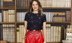 Marion Cotillard in total look Chanel: T-shirt logata e pinocchietto in vernice
