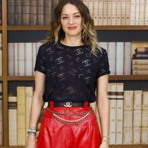 Marion Cotillard in total look Chanel: T-shirt logata e pinocchietto in vernice