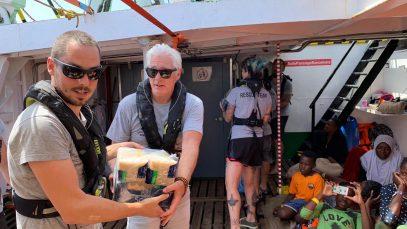 Richard Gere a Lampedusa per portare viveri ai migranti a bordo di Open Arms