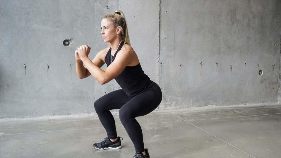 Ragazza che fa squat- OnSportCenter
