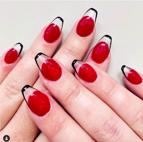 La french manicure alla Kardashian è tornata, ma con una novità