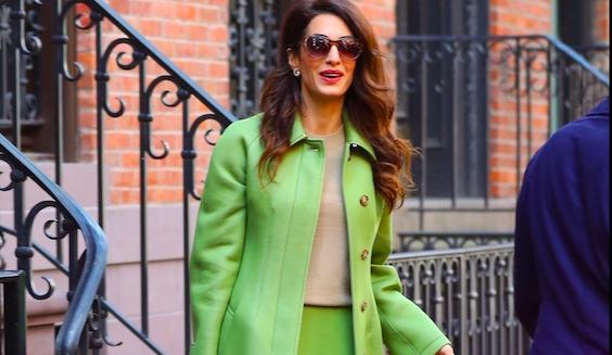 Amal Clooney look autunno 2019: il cappotto Burberry è di un colore elettrizzante