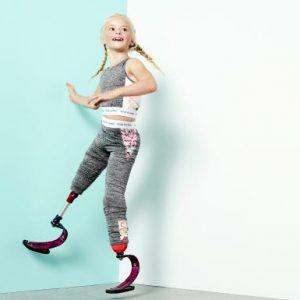 Daisy-May Demetre: le gambe amputate non le impediscono di sfilare