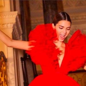 Kendall Jenner sfila Giambattista Valli x H&M: sembra una ballerina di danza classica