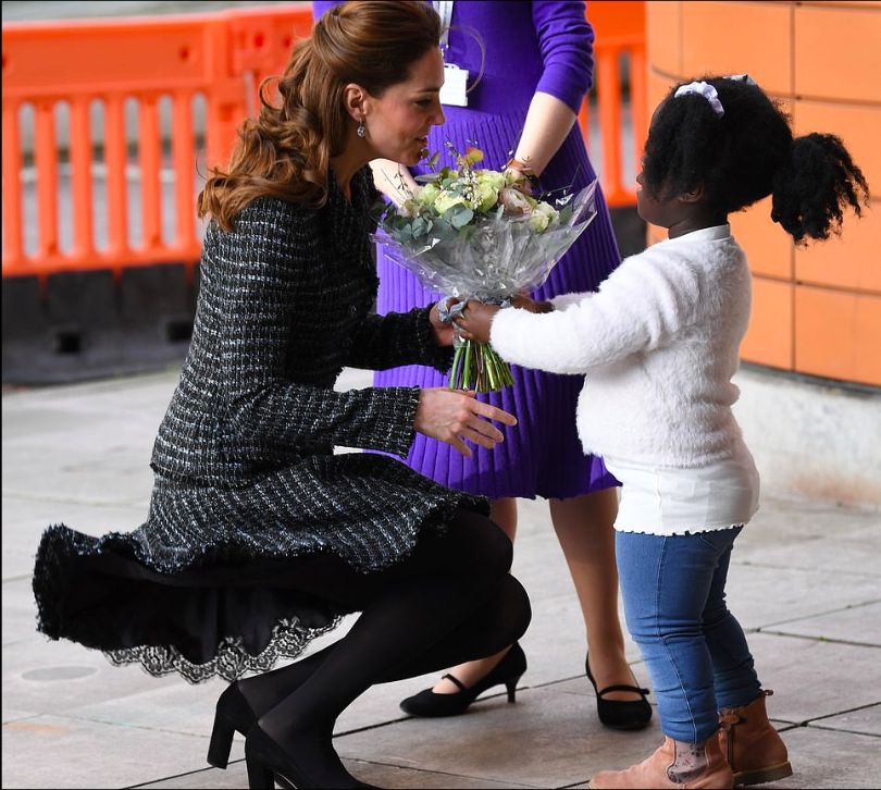Kate Middleton total look Dolce&Gabbana per una visita all'ospedale pediatrico
