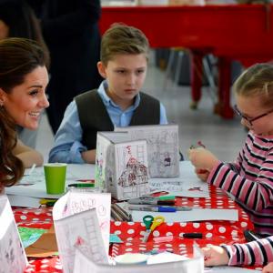 Kate Middleton total look Dolce&Gabbana per una visita all'ospedale pediatrico