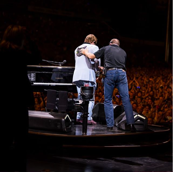 Elton John concerto e malore: il cenno alla band, la voce strozzata e le lacrime