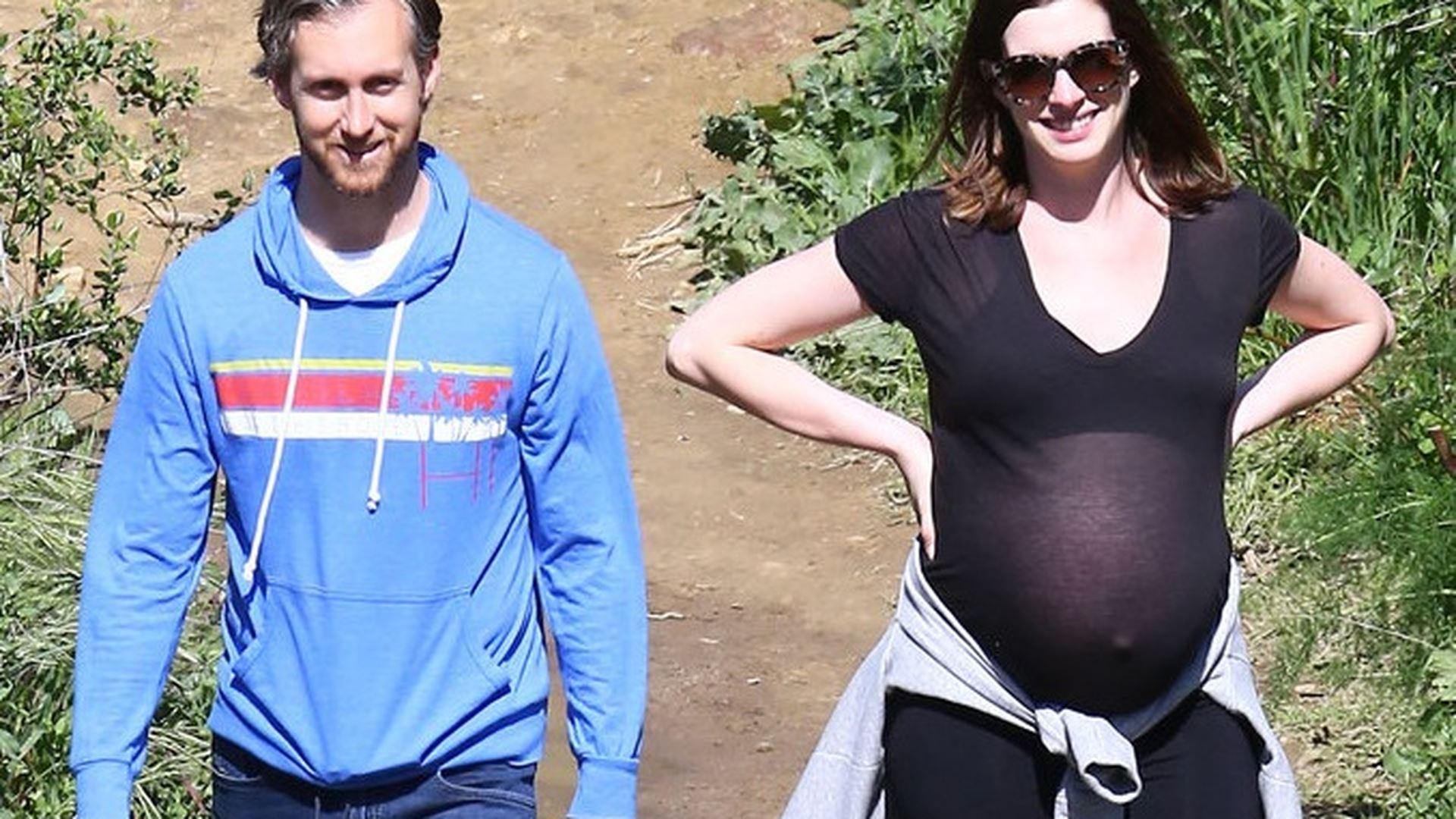 Anne Hathaway a Adam