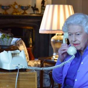 Regina Elisabetta II, il look perfetto per lavorare in smart working