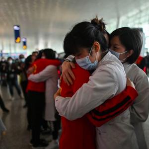 Fine quarantena a Wuhan: abbracci, lacrime e biglietti per tornare a casa