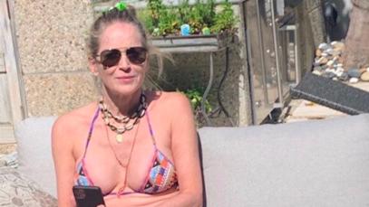 Sharon Stone oggi ha capelli bianchi e rughe, ma anche addominali scolpiti e gambe pazzesche
