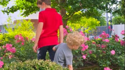 Chiara Ferragni ha un fratello minore: fotografato mano nella mano con Leone