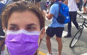 George Floyd, Elisabetta Canalis scende in piazza e manifesta