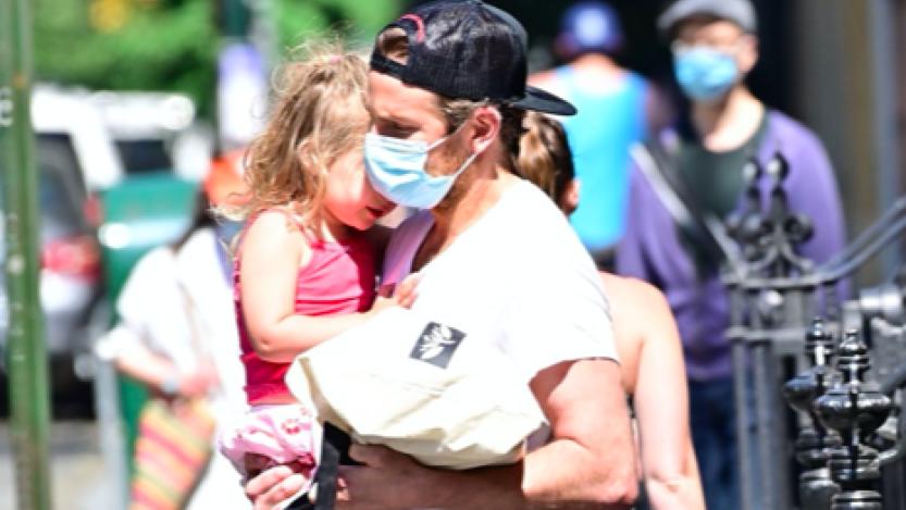Bradley Cooper, la figlia Lea sembra un angelo. Lui e la Shayk vanno d'amore e d'accordo