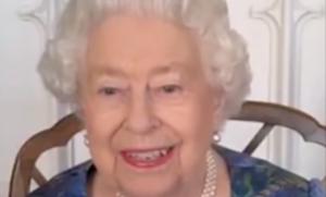 """Regina Elisabetta II. La spilla piena di perle e l'abito in nuance """"royal blue"""""""