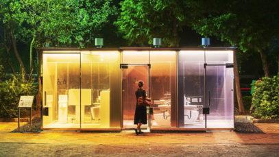 Tokyo, ultima frontiera: bagni trasparenti. Fare pipì al parco non è mai stato così divertente