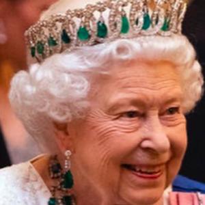 """Elisabetta II d'Inghilterra: """"In pensione a breve, ma il figlio Carlo non diventerà mai un re"""""""