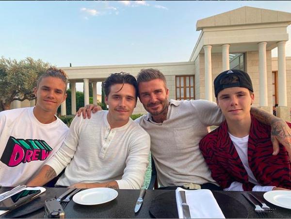 Questa volta David Beckham non sarà in vacanza solo con Victoria ed i figli, ma avrà con sé anche la sua amatissima mamma