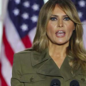 Melania Trump outfit. Trend autunno 2020: tailleur militare Alexander McQueen