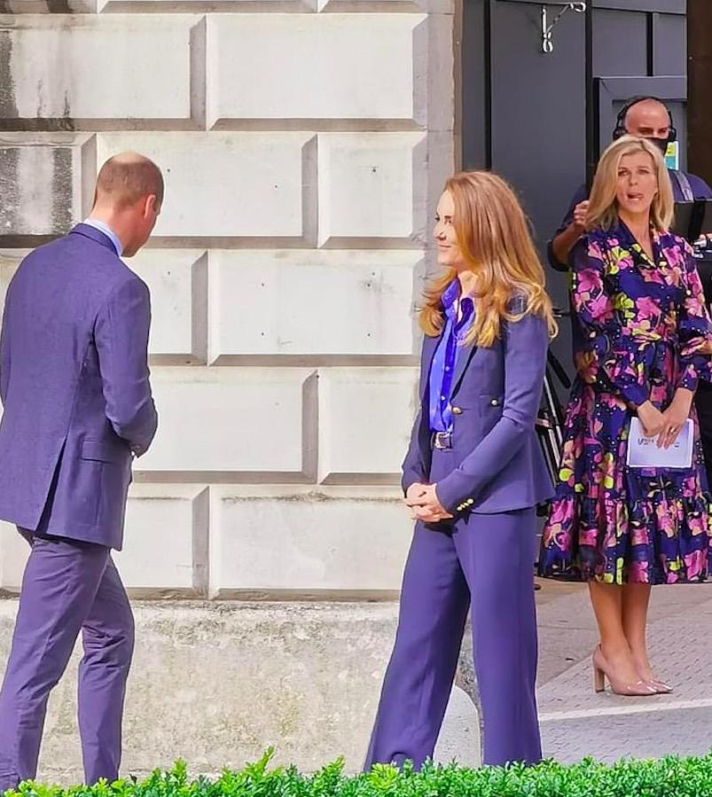 Kate Middleton regina di classe: il nuovo cappotto rosso griffato che incanta i sudditi. Borsetta da 1.500 sterline