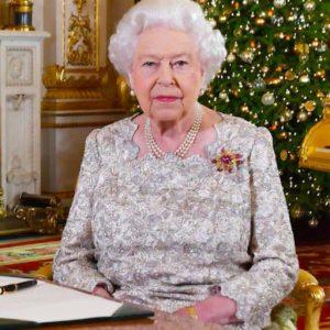 """La Regina Elisabetta nella """"bolla"""" anti covid. Il grigio natale di Sua Maestà"""